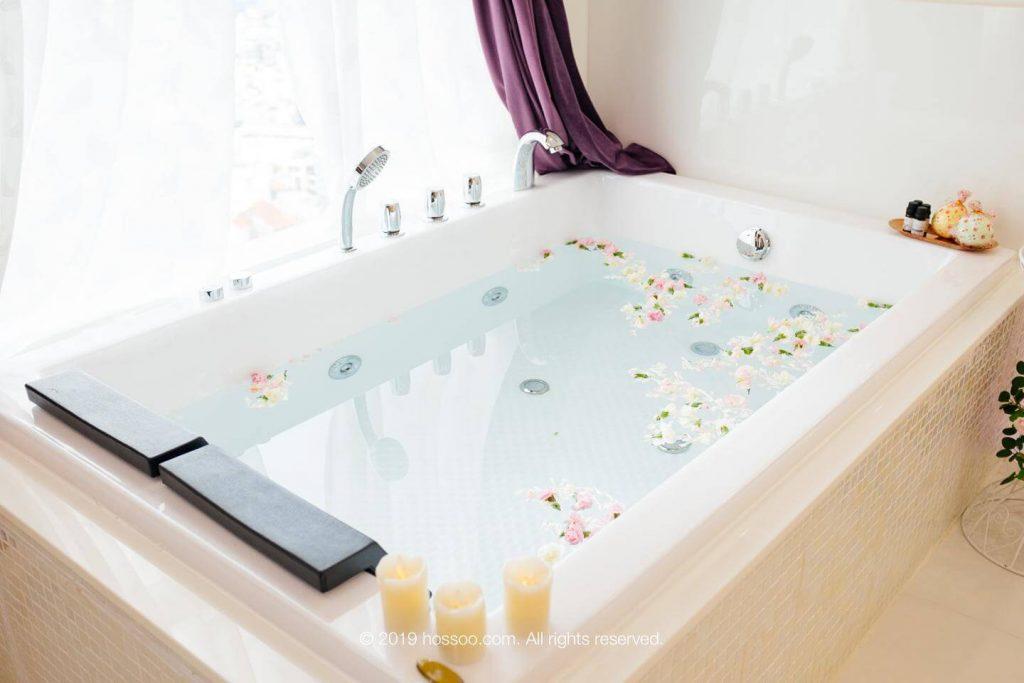 Bồn tắm luôn là điểm đặc biệt nhất ngay tại căn hộ dịch vụ Couple Nest