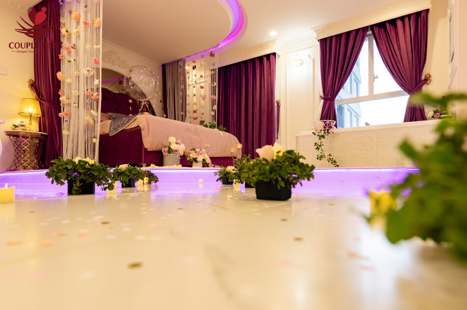 Hoa bên trong một căn phòng được trang trí