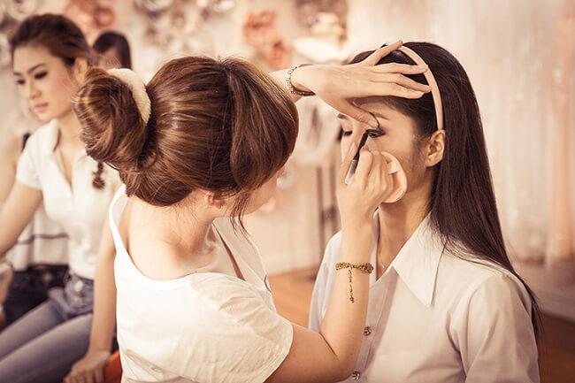 Bạn cần tìm hiểu thông tin chuyên viên makeup trước khi thuê họ