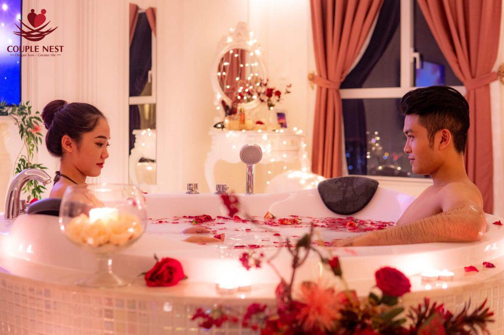 Bồn tắm được thiết kế một cách thật tinh tế và lãng mạn